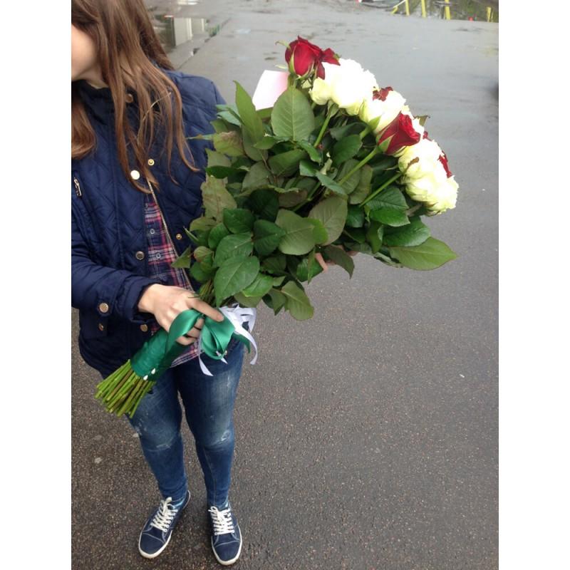 51 роза микс белая + красная 70 см